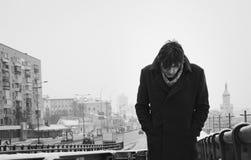Round-shouldered mens, tegen de achtergrond van een stadsstraat, dag, openlucht Royalty-vrije Stock Foto's