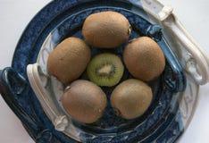 Round skład kiwi na dekoracyjnym ceramicznym półmisku Obrazy Stock