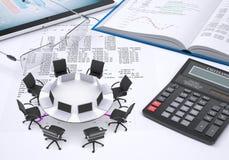 Round stół, laptopy, umieszczający na pastylka komputerze osobistym, rezerwuje, Zdjęcie Royalty Free