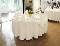 Round stół z białą tkaniną Łomota set z plenerowym tłem, drzewami i światłem słonecznym z muzycznym wyposażeniem, royalty ilustracja