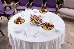 Round stół z piękną przekąską Fotografia Royalty Free