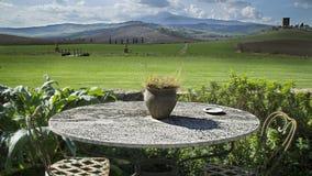 Round stół w scenicznym krajobrazie obraz stock