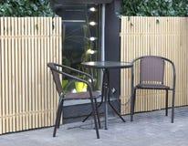 Round stolik do kawy i dwa krzeseł stojak na ulicie, czeka gości obrazy royalty free