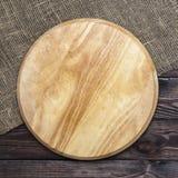 Round tnąca deska na drewnianym stole, odgórny widok zdjęcie royalty free