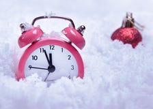Round zegarowy budzik w śniegu zdjęcie stock