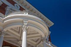 Round zewnętrzny portyk z Korynckimi kolumnami i opracowywa szczegóły obrazy royalty free