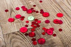 Round zieleń i czerwień barwiący guziki kłaść na drewnie groszkujemy tło Zdjęcia Royalty Free