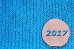 Round zobaczył rżniętą olchę i błękit datować 2017 na błękitnym trykotowym tkanina b Zdjęcia Stock