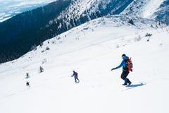 Roup dei turisti che corrono dalla montagna Fotografia Stock