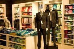 Roupa à moda do homem na loja Fotografia de Stock