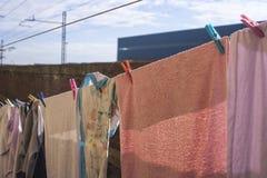 Roupa apresentada para secar no fim do sol Ilva Industries fotografia de stock royalty free