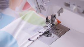 Roupa bonita da costura da jovem mulher com máquina de costura filme