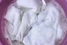 Roupa branca em uma bacia de lavagem imagens de stock