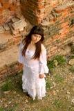 Roupa branca em uma moça no fundo da parede de tijolo Imagem de Stock