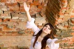 Roupa branca em uma moça no fundo da parede de tijolo Imagem de Stock Royalty Free