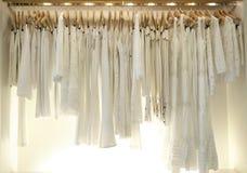 Roupa branca na loja foto de stock royalty free