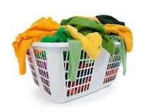 Roupa brilhante na cesta de lavanderia. Verde, amarelo. Imagens de Stock Royalty Free