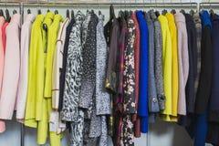Roupa colorida na loja de roupa - vestidos e revestimentos imagens de stock royalty free