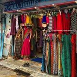 Roupa colorida no mercado pequeno de Indain foto de stock