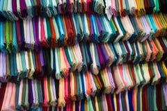 A roupa colorida que pendura na cremalheira indica Jakarta recolhido foto Indonésia imagens de stock