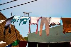 Roupa colorida que pendura para fora para secar em St Louis senegal Fotografia de Stock