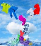 A roupa colorida voa fora da água fotos de stock royalty free
