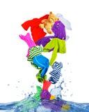 A roupa colorida voa fora da água no fundo branco Imagens de Stock