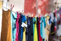 Roupa colorido pendurada e que seca em uma linha fora uma casa, Pylos, Grécia imagens de stock