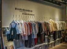 A roupa compra na cidade velha em Chengdu, China fotografia de stock royalty free