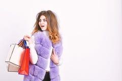Roupa da compra do Fashionista em sexta-feira preta Fundo branco de compra da veste violeta peludo da composi??o da menina Compra foto de stock royalty free