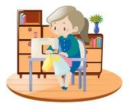 Roupa da costura da mulher com a máquina na sala Imagem de Stock Royalty Free