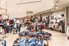 Roupa da mulher na loja do shopping para dentro Fotografia de Stock