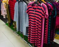 A roupa da mulher que pendura na cremalheira indica Jakarta recolhido foto Indonésia fotografia de stock royalty free