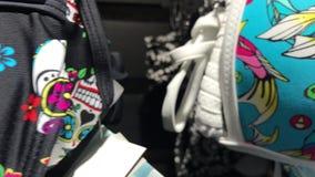 Roupa da mulher que pendura na loja Ásia video estoque