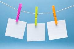 Roupa das cores e etiquetas de papel para o close up das notas Fotos de Stock Royalty Free