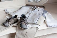A roupa das crianças no branco Fotografia de Stock Royalty Free