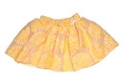 Roupa das meninas Saia curto do verão da menina amarela bonita festiva com teste padrão floral e uma curva dourada da fita isolad ilustração stock