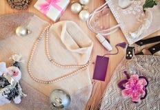 A roupa das mulheres e os presentes do Natal toning fotografia de stock
