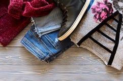 A roupa das mulheres e sapatilhas superiores altas de couro reais do preto de sapatas, Imagens de Stock Royalty Free