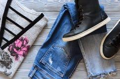 A roupa das mulheres e sapatilhas superiores altas de couro reais do preto de sapatas, Fotografia de Stock Royalty Free