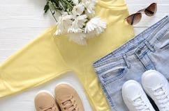 A roupa das mulheres e sapatilhas superiores altas de couro reais do preto de sapatas, Imagem de Stock Royalty Free