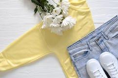 A roupa das mulheres e sapatilhas superiores altas de couro reais do preto de sapatas, Fotos de Stock