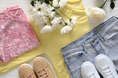 A roupa das mulheres e sapatilhas superiores altas de couro reais do preto de sapatas, Foto de Stock