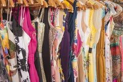 A roupa das mulheres que pendura no trilho Fotografia de Stock Royalty Free