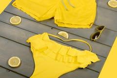 Roupa de banho amarelo de uma peça só, óculos de sol do aviador Imagem de Stock Royalty Free