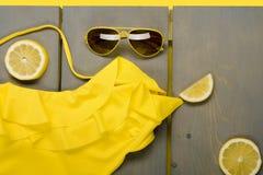 Roupa de banho amarelo de uma peça só, óculos de sol do aviador Fotografia de Stock