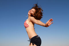 Roupa de banho feliz do céu do verão da menina Foto de Stock Royalty Free