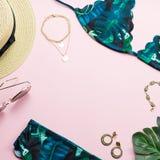 Roupa de banho tropical do biquini, forma da praia Configuração lisa dos acessórios da mulher do viajante com roupa de banho, fol Fotografia de Stock