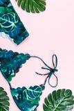Roupa de banho tropical do biquini, forma da praia Configuração lisa dos acessórios da mulher do viajante com roupa de banho, fol Imagens de Stock Royalty Free