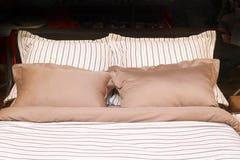Roupa de cama limpo imagens de stock royalty free